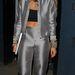 Rita Ora így távozik a londoni Sarm Studios-ból július 11-én. A csillogó szürke kosztüm elég előnytelen.