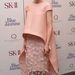 A színésznő ruháját a Balenciaga tervezte, ékszerei a Van Cleef & Arpelstől származnak.