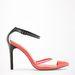 A krémszínű darabhoz jól illik ez a Bershka cipő. 6995 forint.