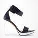 Egy visszafogott ruhához mi érdekes kiegészítőket keresnénk: egy plexisarkú, fekete cipő például jól is mutathat bármelyik H&M ruhával. Bershka, 21995 forint.