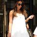 Vanessa Hudgens egyszerű, fehér ruháját dobta fel turbánnal, miközben Londonban vásárolgatott. A fekete szemüveg is jó választás volt hozzá, a turbán nagyon jól feldobja a szettet.