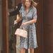 Nem csak Katalin, anyja, Carole Middleton stílusát is kivesézte a Daily Mail. Az asszony egy Orla Kiely márkájú ruhában érkezett, mely állítólag azért kék, mert fiú unokája született. A márka 2012-es kollekciójában szerepelt a ruha, 160 fontba (55 ezer forint) került. Cipője Russell & Bromley márkájú, 175 fontba (60 ezer forint) került.