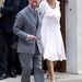 Camilla ruhájának márkája nem derül ki, annyit tudni, hogy fehér és selyemből készült.