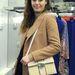 Sara Battaglia saját tervezésű táskával