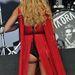 ...ebben a szép piros ruhában például a kilógó fenék.