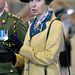Anna brit királyi hercegnő 2010 augusztusában ebben a sárga szettben vett részt az  Army Foundation College végzős katonáinak diplomaosztóján. Jól nézzék meg a brosst és a kendőt a nyakában!