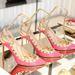 Valentino szegecsekkel dobta fel rózsaszín cipőit.