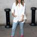 Jennifer Lopez egyszerű farmerrel és fehér inggel párosította feltűnő, rózsaszín cipőjét.