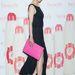 A Dél-Koreai színésznőnek, Ji-Hyonak is jó a stylistja. Remekül passzol a felsliccelt feketéhez a pink cipő és borítéktáska.