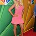 Christina Aguilera rózsaszín miniben, testszínű cipőben.