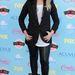 Az egyik legrosszabb szettet Demi Lovato szállítja, hosszított zakó, bőrnadrág, punkos haj, mindez egy nyárias tinifesztiválon...