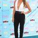 Shay Mitchell színésznő fekete-fehér Jenni Kayne szettje a sárga cipővel teli találat.