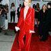 Gwyneth Paltrow piros bársony kosztümben 1996-ban.