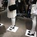 Zara látvány: rövid és hosszú pufidzsekik, rövidujjúban sétáló vásárlók