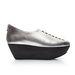 A javarészt fekete, fehér és ezüst színű cipők szintetikus talpakat kaptak.