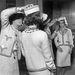 1960 körül: Chanel Romy Schneider fején igazgatja a kalapot.