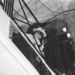 1969. január 29: a tervező a tükrös lépcsőházban figyeli saját divatbemutatóját a rue Cambon 31-ben
