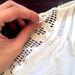 Íme az első illesztési pont: fogja az egyik csipkecsíkot és illessze a vállrész vágáshoz!