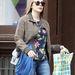 Elizabeth Olsen virágos pulóverben csavarog New Yorkban.