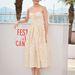 Audrey Tautou fehér-sárga virágos ruhában pózol a Cannes-i filmfesztiválon.
