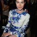 Vittoria Puccini kék-fehér szettben a párizsi Haute Couture hét első sorában.