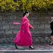 Rózsaszínben sétáló nő az Észak-Koreai Vogue-ban.