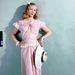 Veronica Lake amerikai színésznő fehér csipkével díszített ruhában, széles karimájú szalmakalappal 1945-ben.