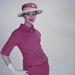 Kétrészes ruha szalmakalappal és fehér kesztyűvel 1955-ben.