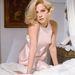 Virna Lisi olasz színésznő ujjatlan púder rózsaszín ruhában.