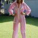 Maud Adams svéd színésznő rózsaszín overállban pózolt 1985-ben.