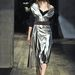 A Prada kifutóján ezüst és aranyszínű bőrbe csomagolt modellek vonultak fel. Ez is divatos lesz ám.