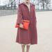 A bloggerek már 2013 februárjában ilyen oversize kabátokban látogatták a divatheteket. Tippelje meg, hány kiló a hölgy! Mi nem tudjuk.