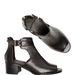 A Stradivarius itt-ott kivágott, bumfordi lábbelije legalább bőrből van 19990 forintért.
