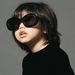 A napszemüvegeket 3-5 év közötti kislányok népszerűsítik.
