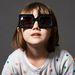 Óvodáskorú kislány reklámozza a márka 39000 és 60000 forint között kapható szemüvegeit.