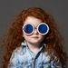 Grace Coddingtonra emlékeztető kislány designer-szemüvegben.