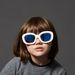 Óvodáskorú modell Anna Wintour féle bubifrizurával és pókerarccal.
