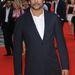 Naveen Andrews játssza Hasnat Khant és kétgombos zakóval rendelkező sötétkék öltönyben jelent meg.