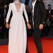 Francesca Cavallin színésznő a Tracks premierjén, Barbara Casasola ruhában, mely elölről ugyan szűzies fehér, de hátul bordó.