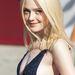 A 19 éves színésznő kislányos megjelenéséhez meglepő módon jól állt a mély dekoltázs