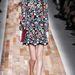 Eltörpül emellett Valentino virágmintás ruhája, ami