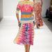 Szivárványszínű maxiruhák, azték minták, és a mindenhol domináló korallszín