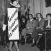 Jacques Fath tervező cigarettázva nézi meg egyik saját bemutatóját 1950. február 8-án, Párizsban. Egyáltalán nem volt egy hetes káosz a divatshow miatt a városban és hírességek sem ültek a bemutatók első soraiban.