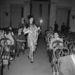 A bemutatókon a tervezők személyesen mutatták be legújabb munkáikat az áruház vásárlóinak és néhány, a show alatt dohányzó divatszerkesztőnek. Olaszország, 1955.