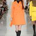 Narancssárga kabát térdzoknival.