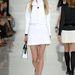 A-vonalú szoknya és derékig érő kabát fehérben Ralph Laurentől.