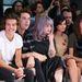 Fiatal celebek a bemutató első sorában, lila hajjal Kelly Osbourne, tőle balra a képen Harry Styles és Nick Grimshaw, jobbra Pixie Geldof és Daisy Lowe