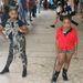 Gyerekek rögtönzött divatbemutatót tartottak a főtér közepén, a háttérből a szüleik ajnároztak. Komolyan.