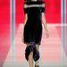 2013, február 18., londoni divathét: Christopher Kane őszi-téli kollekciójának egyik fontos darabja a szaggatott ruha. Modellen nem is rossz... Vagy mégis?