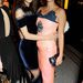 Alexa Chung Pixie Geldolfot ölelgeti a Vogue London Fashion Week SS14 Dinner nevezetű eseményen. A divatos vacsorát a londoni divathét alatt rendezték meg az angol fővárosban, szeptember 15-én. Az ott nem szakadás Chung lábánál, hanem design.